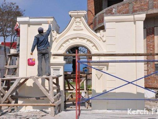 Ремонт исторического памятника Керчи - 119-летней арки на ул. Ленина
